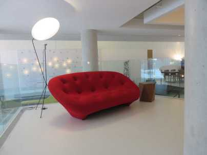 Kiosk-red-couch
