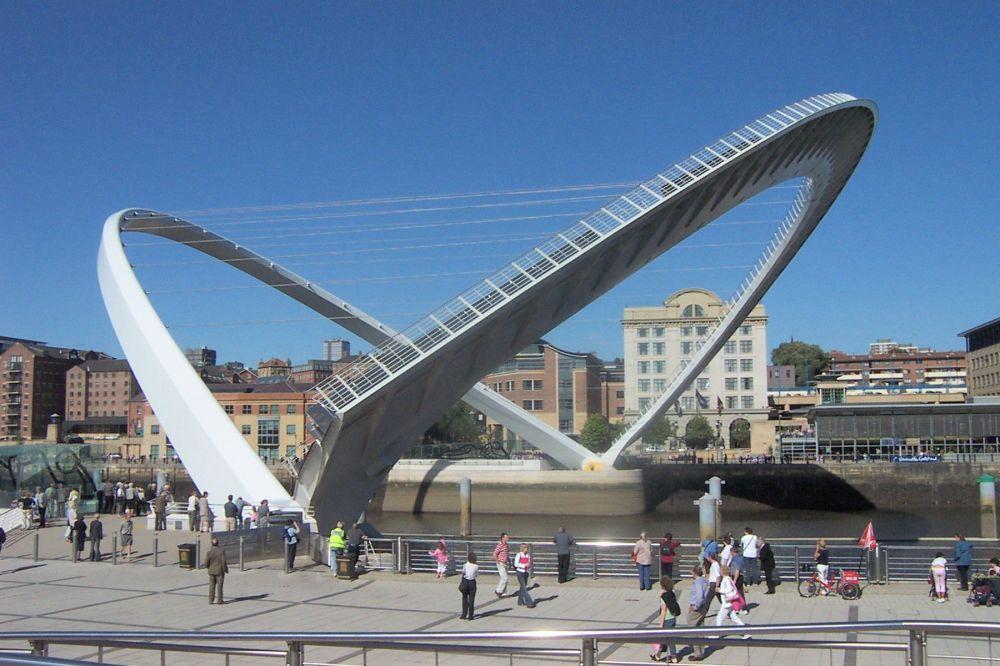 Gateshead_millennium_bridge_open